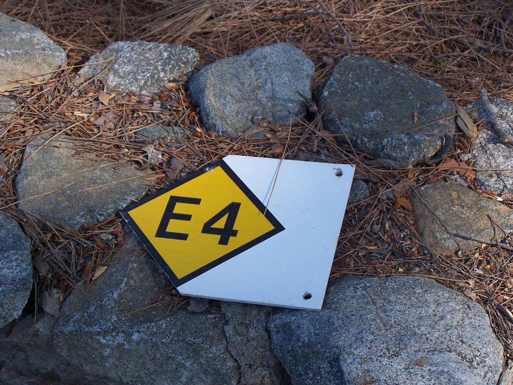 E4-Schild am Boden